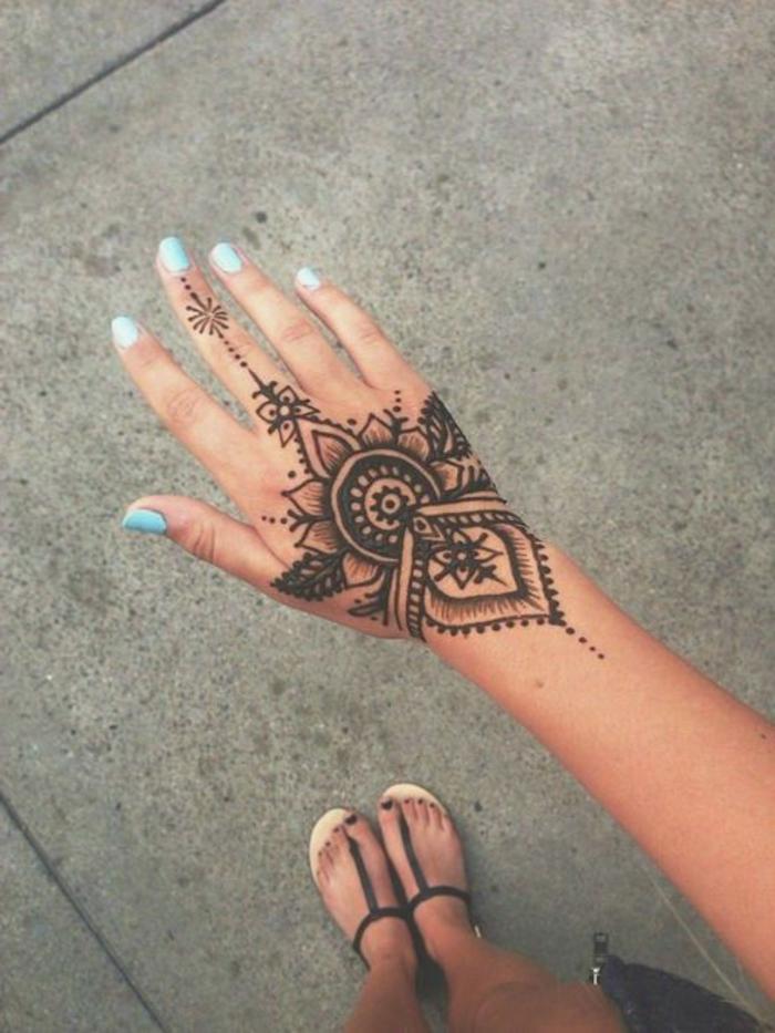 pochoirs-orientaux-idée-pochoir-etoile-tatouage-henné- tatouage-henne-la-main