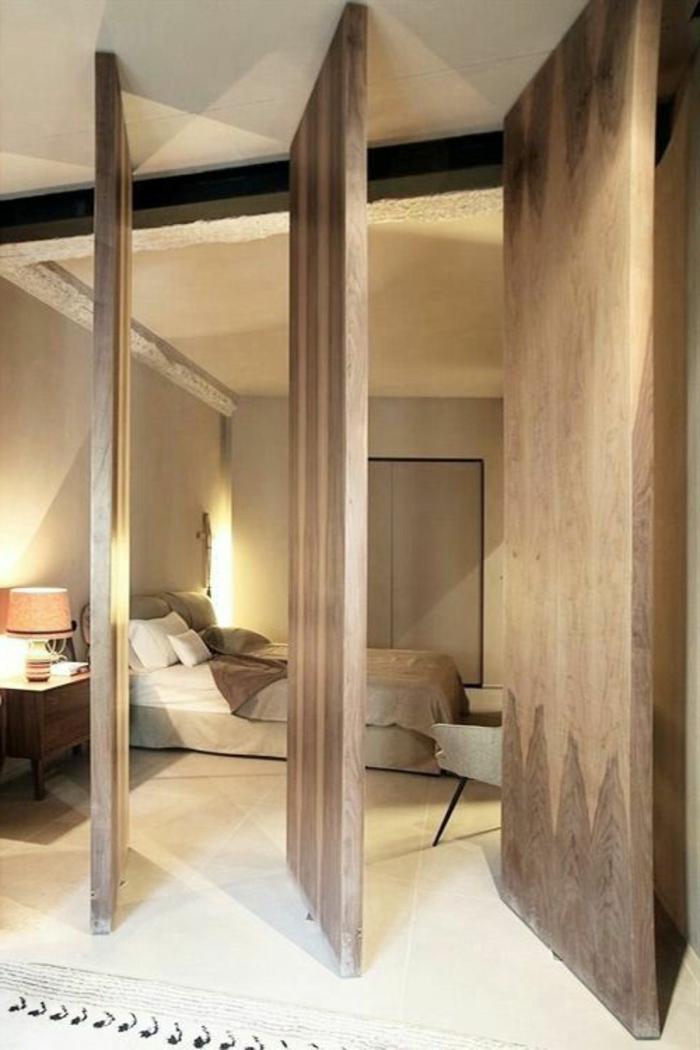 porte-en-chene-clair-chambre-à-coucher-moderne-carrelage-beige-tapis-beige-couleur-taupe-dans-la-chambre-a-coucher