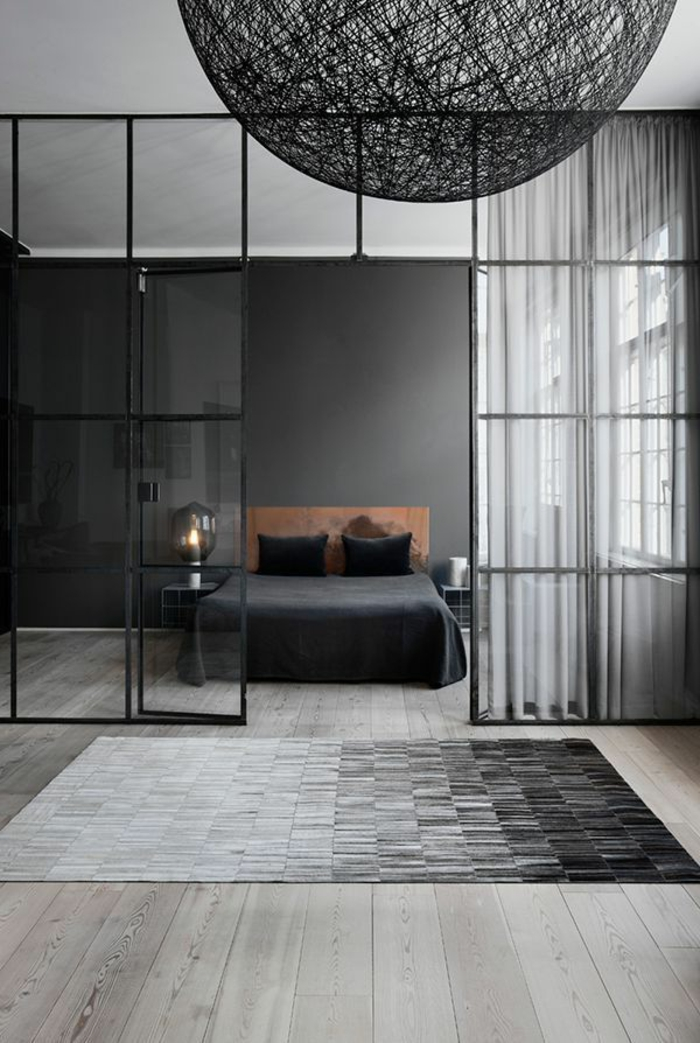 porte-transparente-cloison-amovible-couverture-de-lit-noir-mur-noir-sol-en-parquette