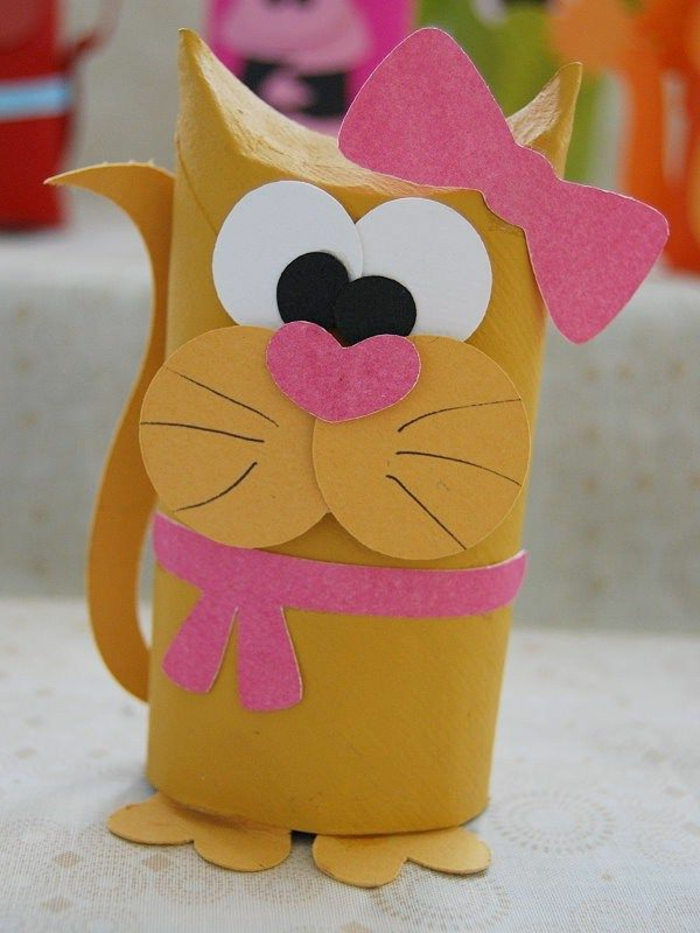 recycler-le-rouleau-de-papier-toilette-petit-lion-sympathique