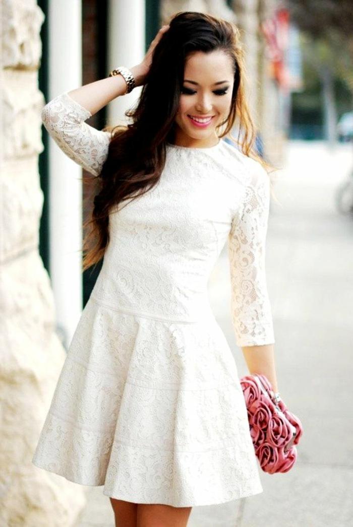 robe-blanche-courte-dentelle-sac-à-main-roses-montre-cheveux-longs
