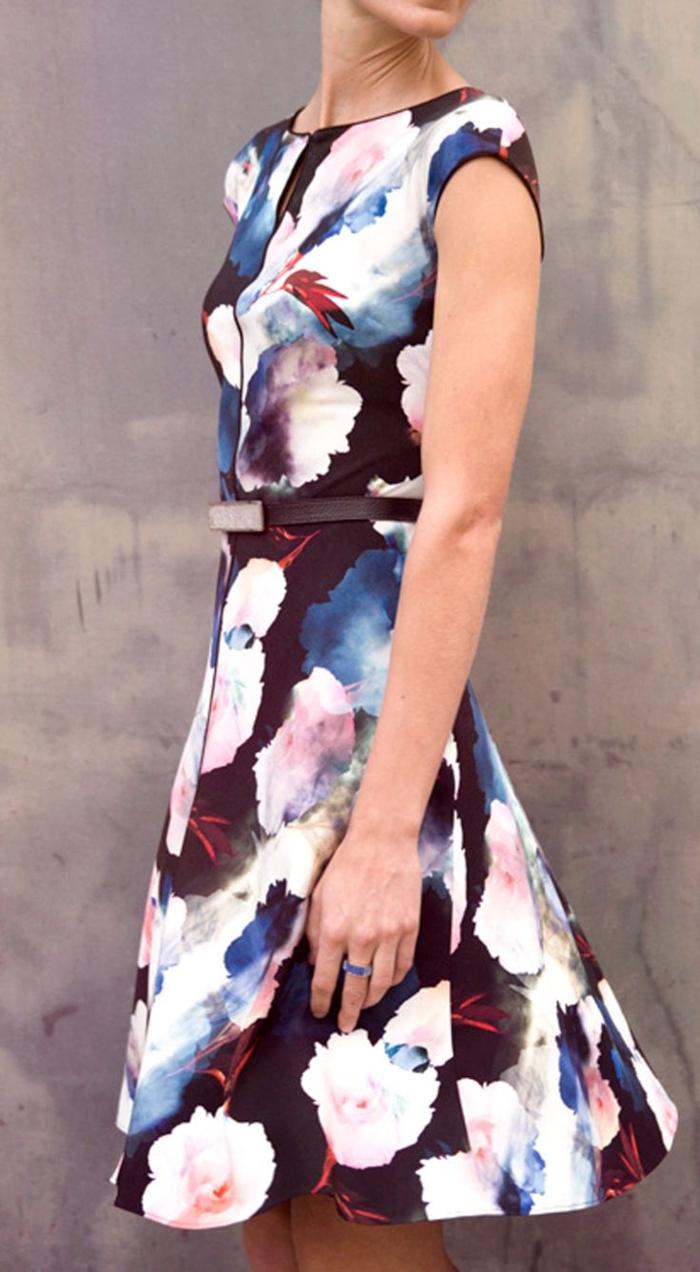 robe-fleurie-trapèze-jupe-noir-base-et-fleurs-top-feminine-tenue-de-jour-casuel-et-élégante