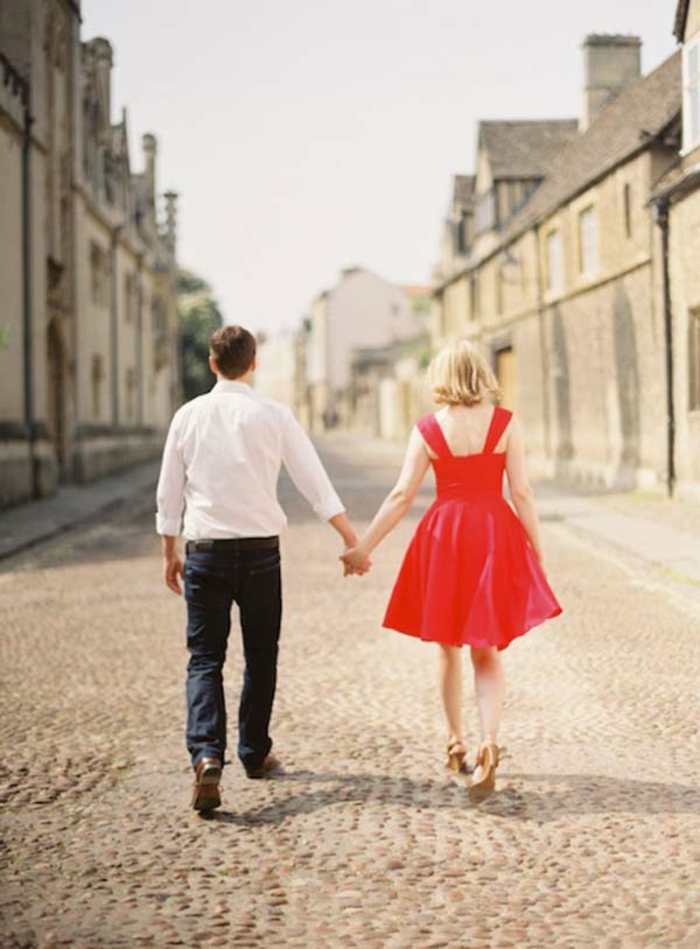 robes-de-fiancailles-occasion-spéciale-tenue-de-jour-belle-couple-sur-la-rue-robe-courte-rouge
