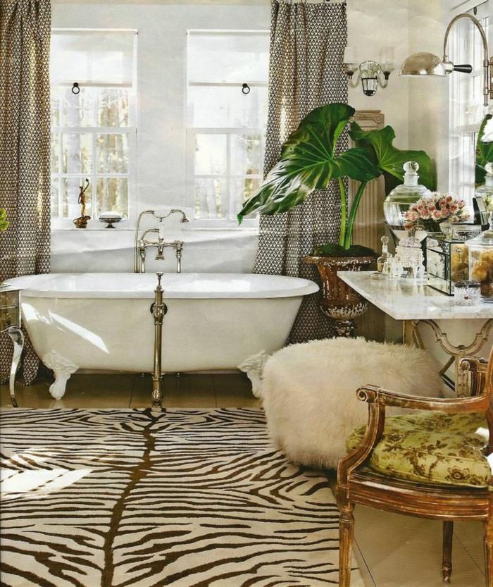 salle-d-eau-de-luxe-tapis-à-rayures-blanches-noirs-baignoire-blanc-chaise-rétro-fenetre-grande
