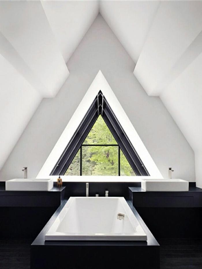 salle-de-bain-murs-blancs-fenetre-en-forme-de-triangle-intérieur-blanc-noir-baignoire