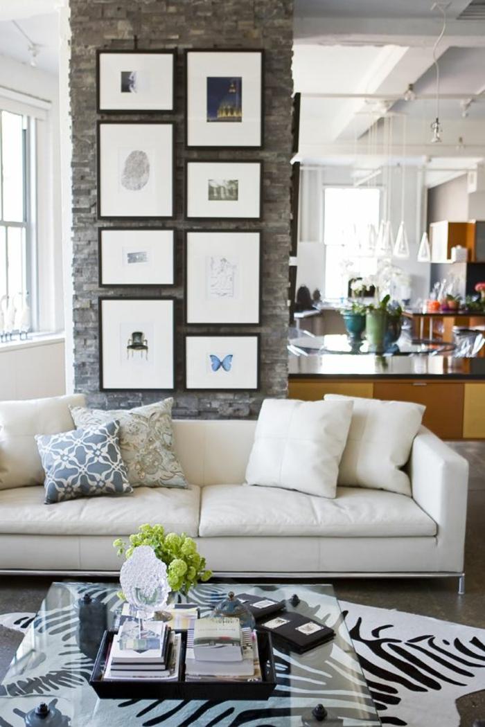 salon-avec-tapis-zebre-table-de-salon-en-verre-table-basse-en-verre-canapé-en-cuir-beige