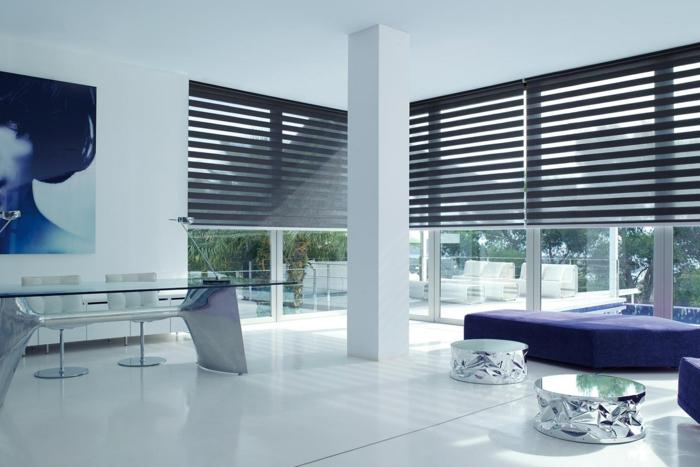 salon-de-luxe-sol-en-lino-blanc-canapé-violet-tabouret-basse-table-de-salon-en-verre-chaises-blanches
