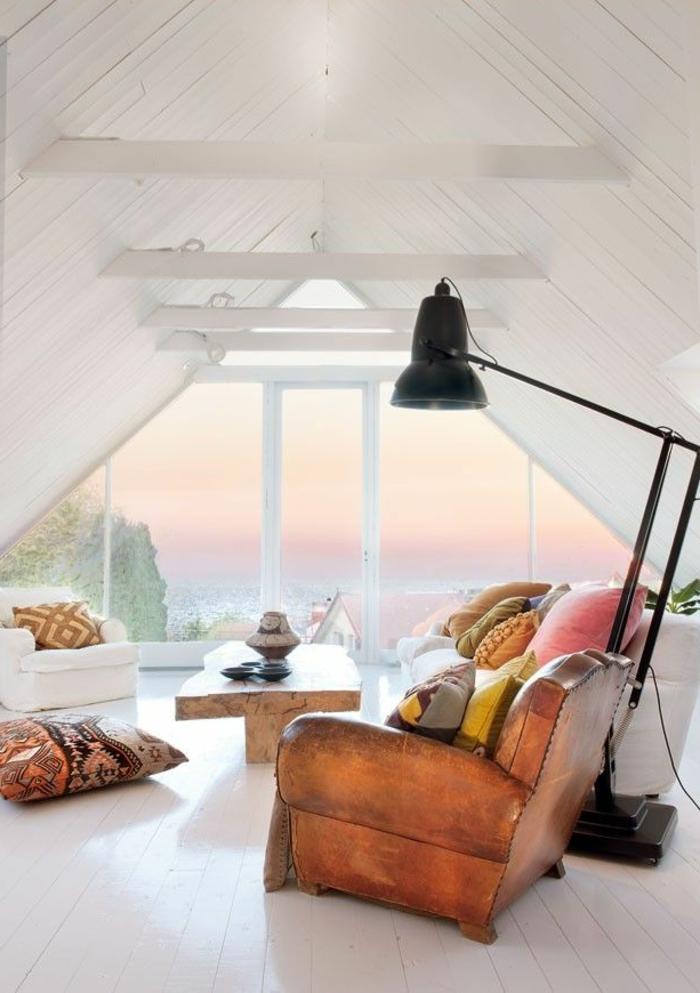 salon-scandinave-lampe-noire-et-sofa-en-cuir