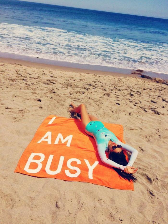 serviette-de-plage-pas-cher-serviette-de-plage-personnalisée-je-suis-occupée-resized