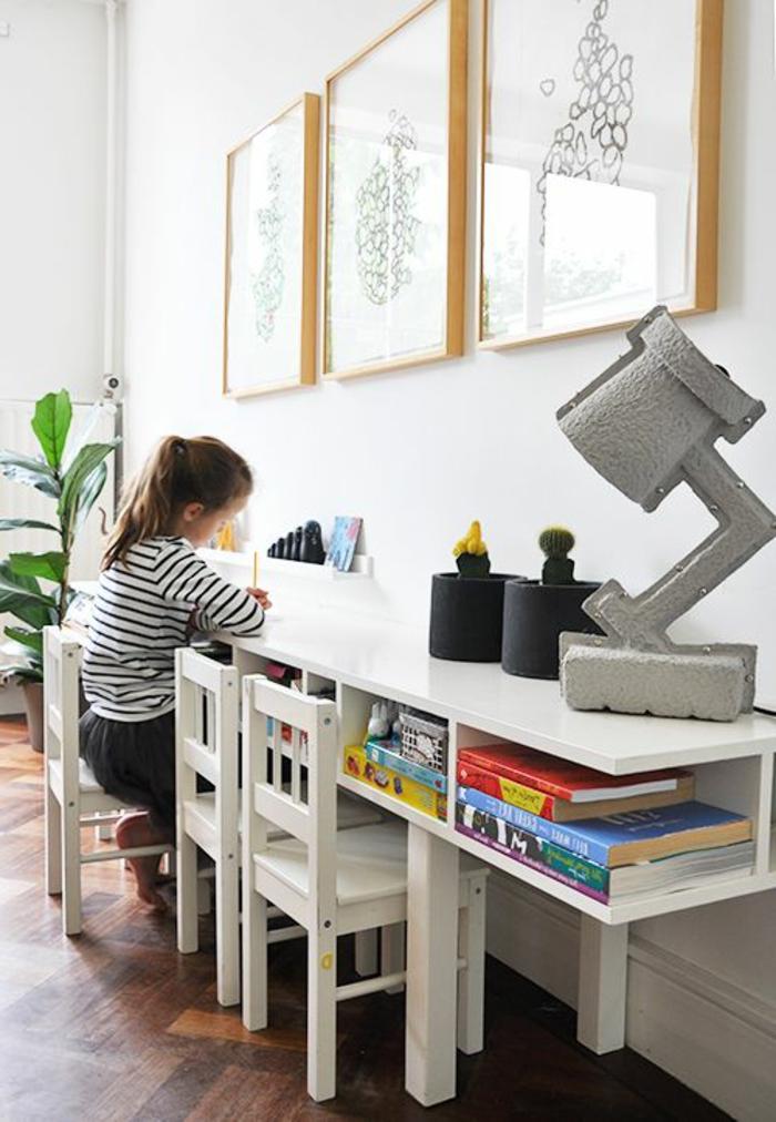 sol-en-parquette-foncé-chambre-d-enfant-avec-meubles-basses-plante-verte-mur-blanc-avec-peinture