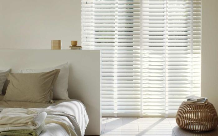 store-venitien-ikea-blanc-dans-la-cambre-à-coucher-linge-de-lit-de-couleur-taupe