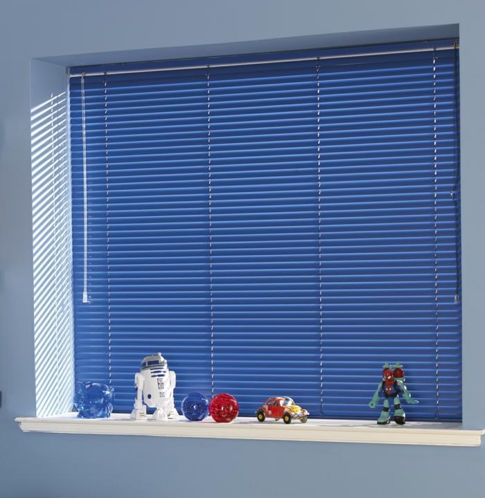 store-venitien-ikea-bleu-dans-la-chambre-d-enfant-bleu-foncé