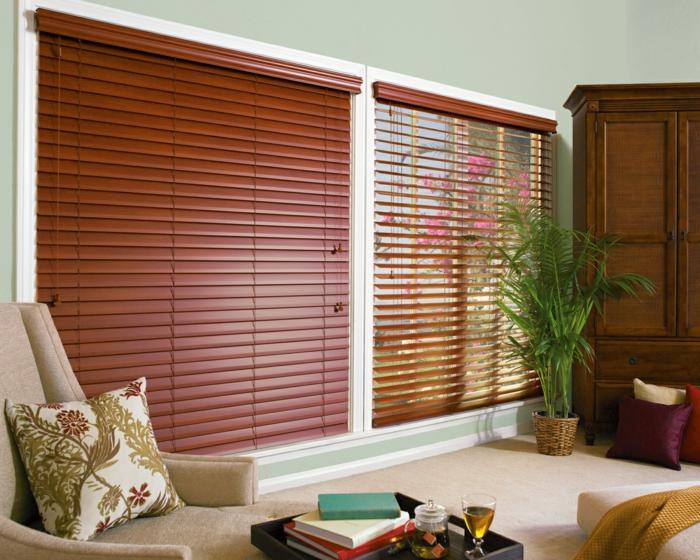 store-venitien-ikea-en-bois-de-couleur-rouge-foncé-canapé-beige-avec-coussins-décoratifs-plante-verte-d-intérieur