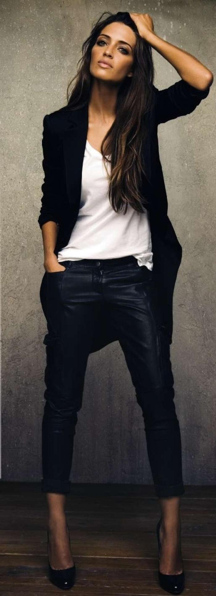 style-casuel-chic-femme-avec-jeans-chaussure-à-talon-noir-chemise-blanche-veste-noire