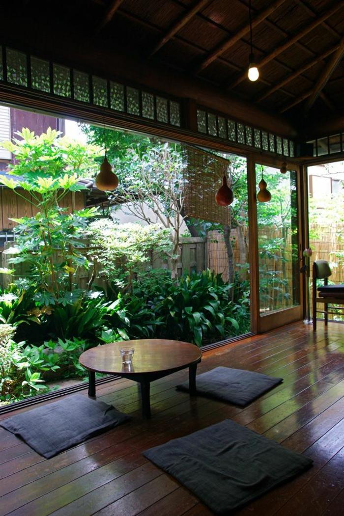style-japonais-sol-en-parquette-marron-foncé-joli-jardin-avec-plantes-vertes-fenetre-grande
