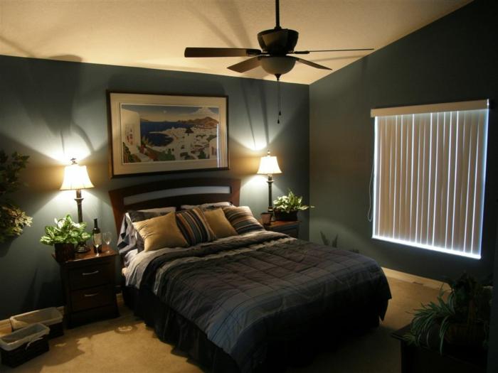 suite-parentale-mur-bleu-foncé-plafond-blanc-peintures-murales-lampe-de-chevet