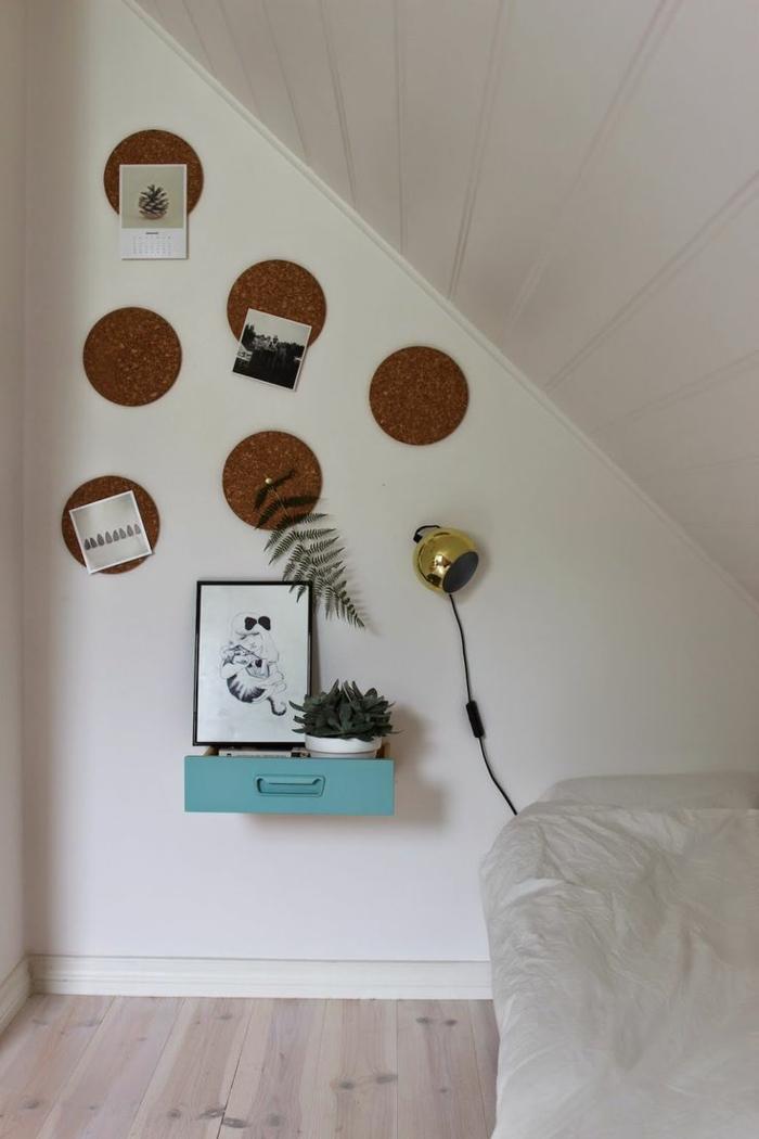 table-de-nuit-suspendue-chambre-à-coucher-blanche-sous-combles