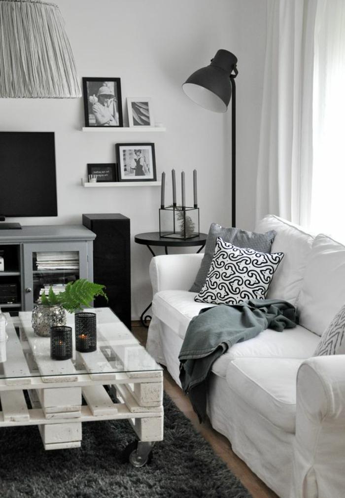 table-de-salon-en-palette-blanche-bougies-allumées