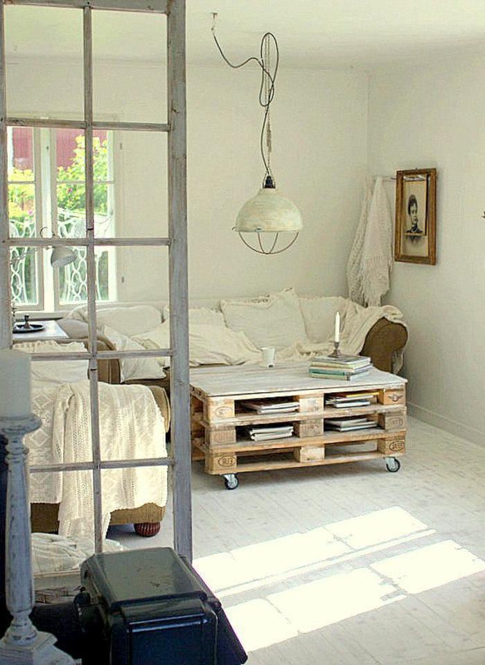 table-de-salon-en-palette-intérieur-blanc-avec-une-table-basse-palettes