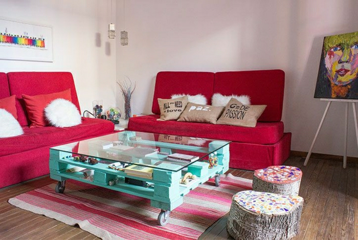 table-de-salon-en-palette-peinte-bleue-sofas-rouges
