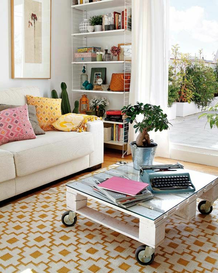 table-de-salon-en-palette-peinture-blanche-et-tapis-(géométrique