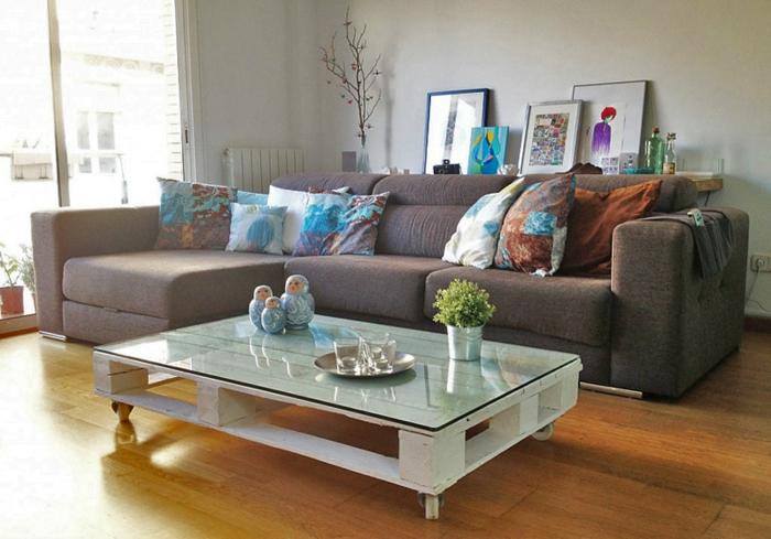 table-de-salon-en-palette-sofa-gris-et-plusieurs-coussins
