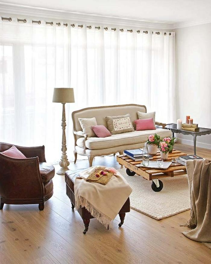 table-de-salon-en-palette-sofa-vintag-en-couleur-crème