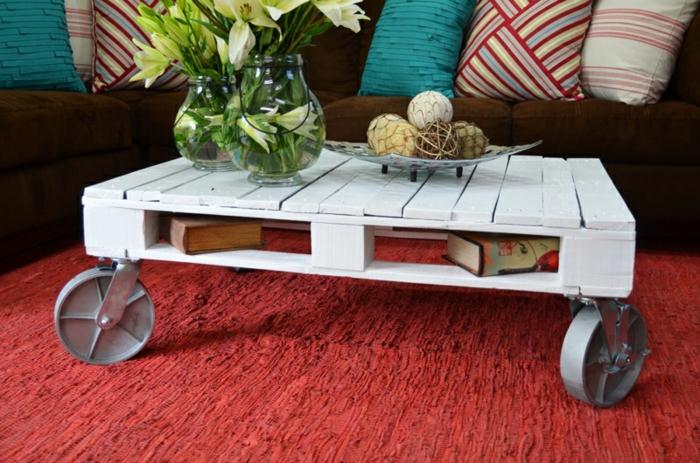 table-de-salon-en-palette-table-avec-roues-peinte-blanche