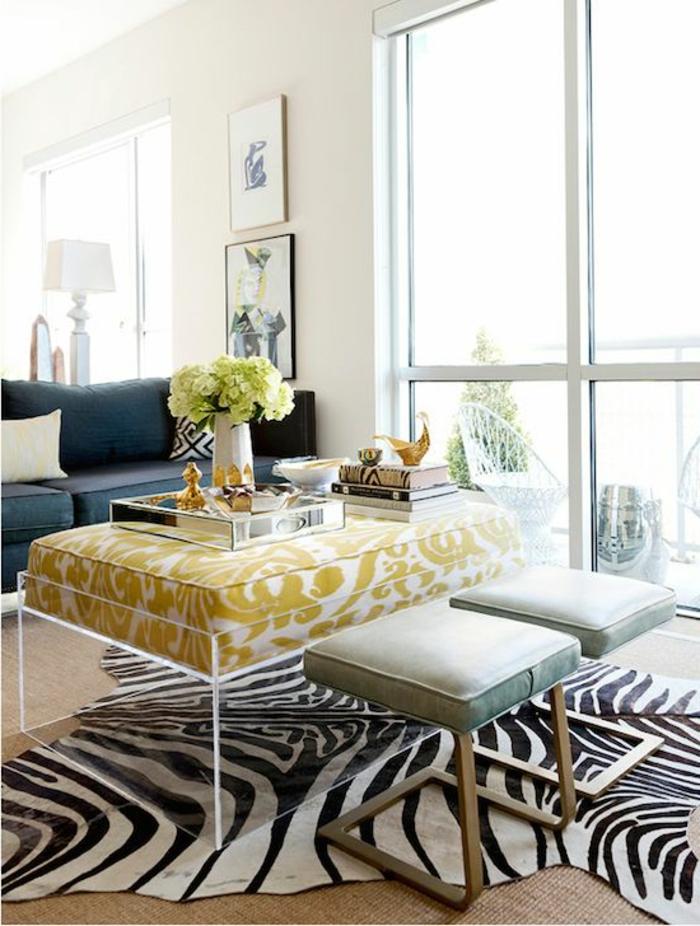 tapi-zebre-à-rayures-blanches-noirs-feurs-sur-la-table-de-salon-tapis-en-rotin-canapé-bleu