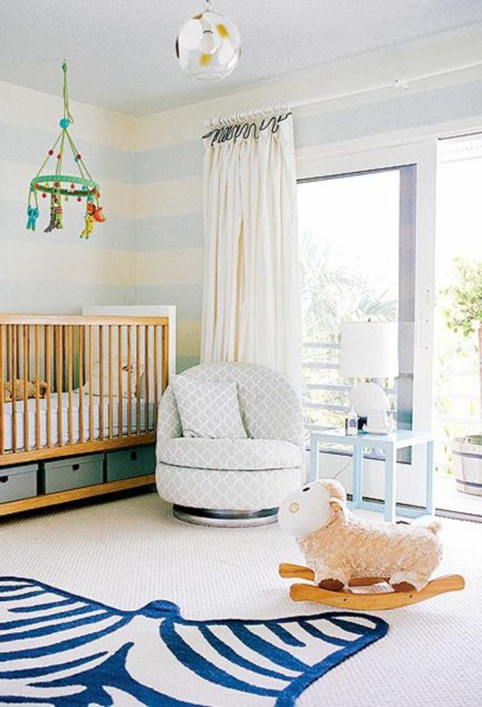 tapis-160-230-lit-d-enfant-en-bois-clair-moquette-beige-murs-à-rayures-rideaux-longs