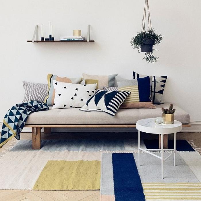 tapis-de-salon-de-couleur-jaune-et-bleu-foncé-pour-avoir-le-plus-beau-salon