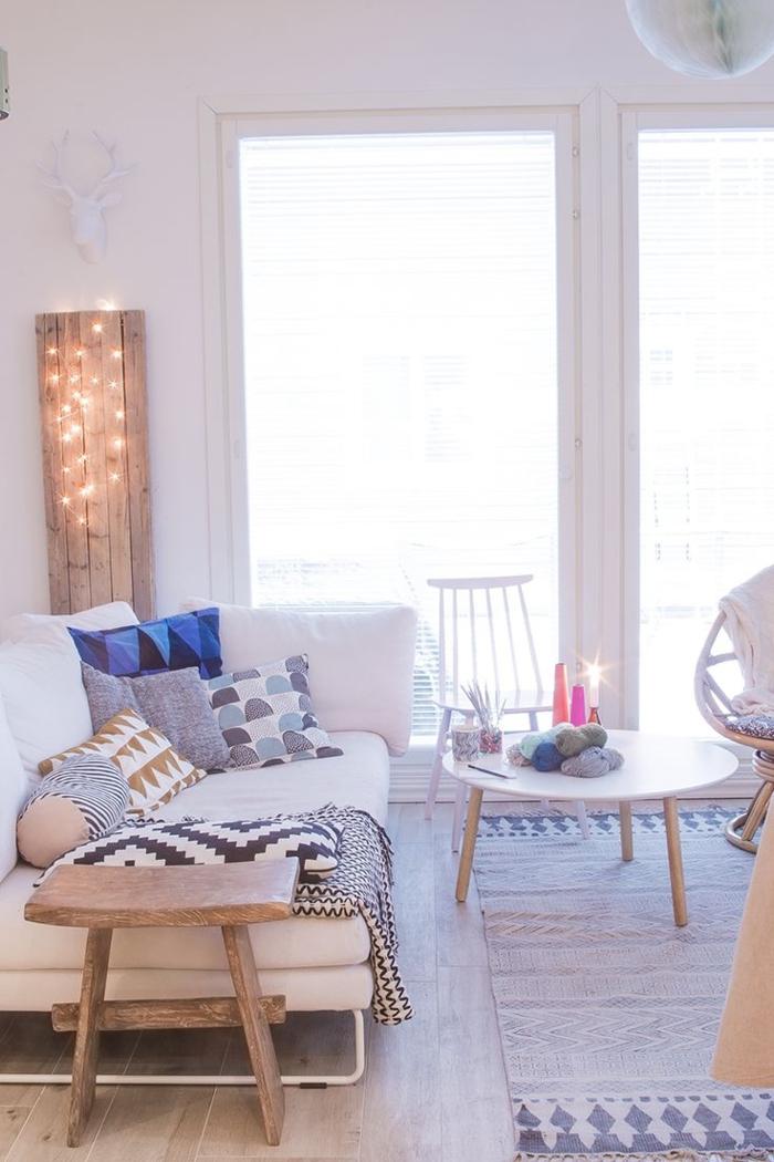 tapis-de-salon-gris-pour-le-salon-de-vos-reves-murs-blancs-et-intérieur-clair-de-couleur-pale