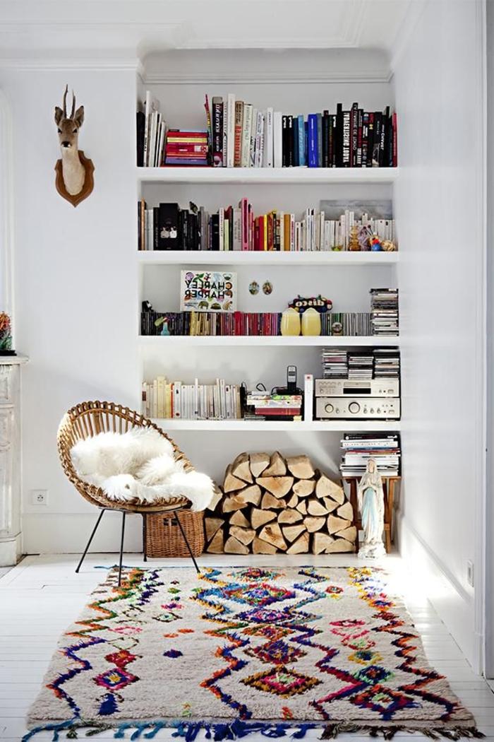 tapis-de-salon-moderne-coloré-pour-le-salon-avec-une-jolie-bibliothèque-murale-en-bois-avec-beaucoup-de-livres