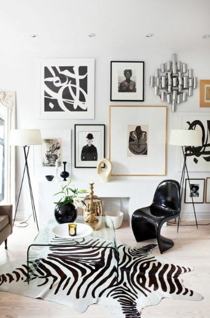 tapis-de-zebre-à-rayures-blanc-noir-lampe-de-salon-blanche-fleurs-sur-la-table-de-salon-en-verre
