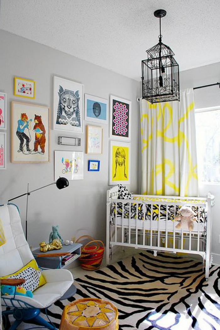 tapis-de-zebre-dans-la-chambre-d-enfant-mur-gris-lampe-de-lecture-noir-chaise-blanche