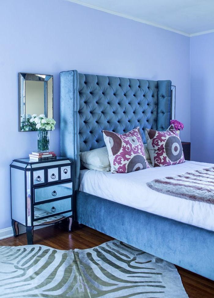 tapis-zèbre-dans-la-chambre-à-coucher-tete-de-lit-beige-sol-en-parquette-foncé-table-de-chevet-originale