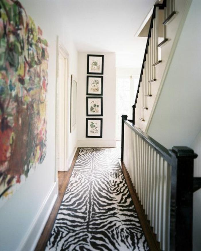 tapis-zèbre-dans-le-couloir-murs-blanches-peintures-muraux-décoration-deco-zebre