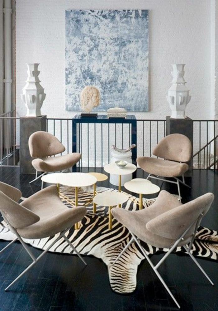 tapis-zèbre-dans-le-salon-chaises-de-salon-butterfly-de-couleur-beige-sol-en-parquette-noir