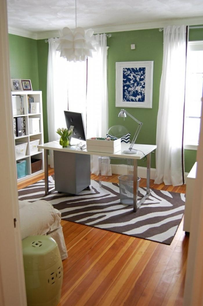 tapis-zèbre-table-en-bois-fleurs-sur-le-bureau-murs-verts-sol-en-parquette-lustre-blanche
