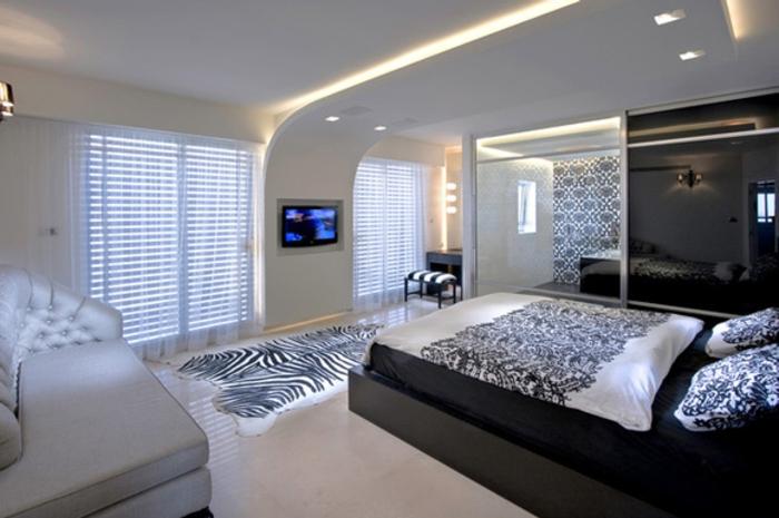 tapis-zebre-dans-la-chambre-à-coucher-avec-plafond-suspendu-suspente-faux-plafond-blanc