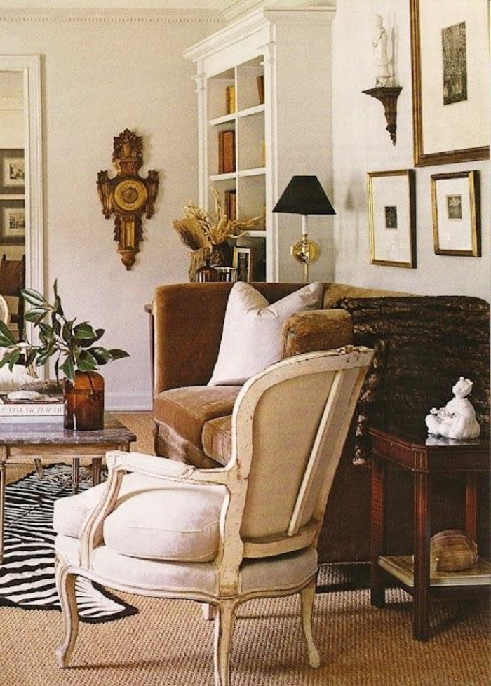 tapis-zebre-dans-le-salon-moquette-en-rotin-beige-intérieur-vintage-chaise-blanche-mur-beige