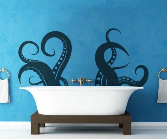 tapisserie-trompe-l-oeil-dans-la-salle-de-bain-murs-bleus-décoration-murale-dans-la-salle-d-eau