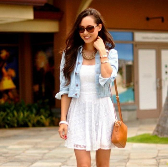 tenue-été-robe-en-dentelle-blanche-robe-blanche-dentelle-courte-veste-denim-bleu-claire