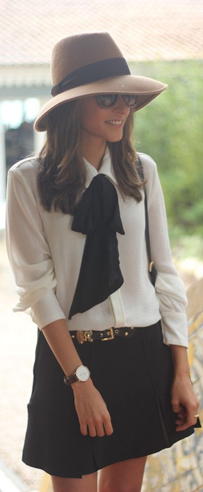 tenue-geek-chic-femme-montre-chemise-jupe-lunettes-de-soleil-chapeau-fedora