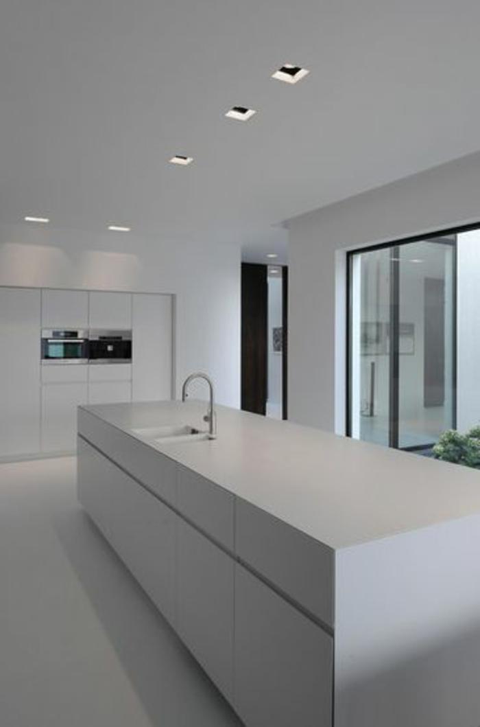 un-élégant-îlot-de-cuisine-pas-cher-central-dans-la-cuisine-de-couleur-blanche