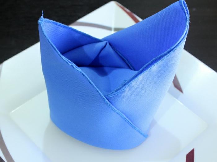 un-elegant-design-de-la-serviette-en-tissu-de-couleur-bleu-mode-de-pliage-serviette