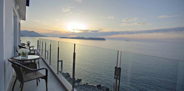 un-joli-balcon-avec-paysage-bresilien-qui-vous-offre-le-plus-beau-coucher-de-soleil