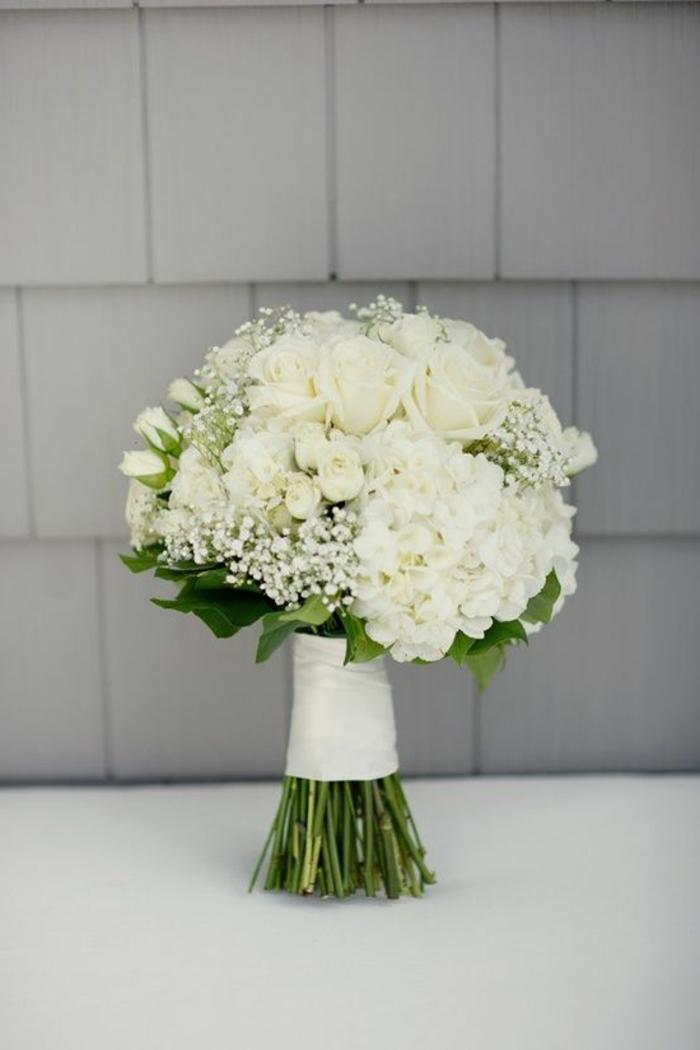 un-joli-boquet-de-roses-blanches-gros-bouquet-de-fleurs-symbole-rose