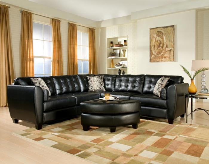 un-joli-canapé-club-ikea-dans-le-salon-avec-tapis-beige-et rideaux-longs-beiges