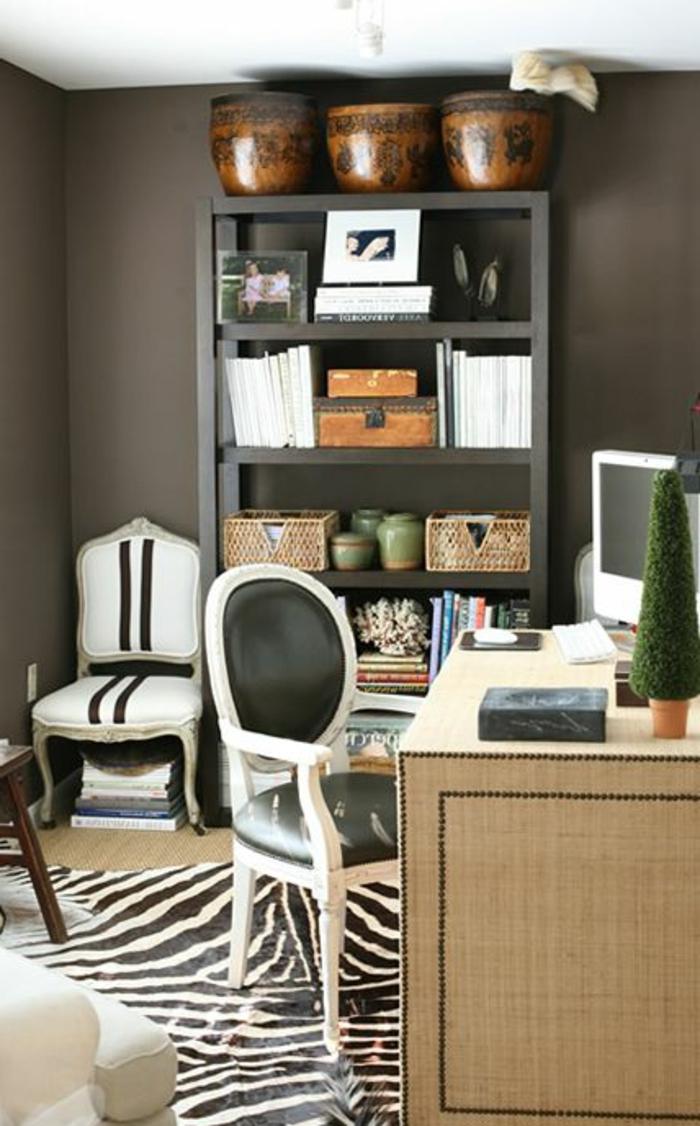un-joli-coin-de-travail-domicile-avec-bureau-en-bois-chaise-blanche-mur-gris-bibliothèque-en-bois